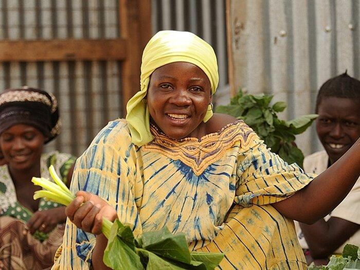 售卖蔬菜的妇女