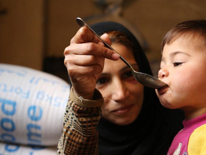 正在喂养孩子的叙利亚母亲